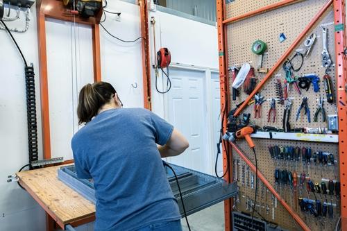 Devenir monteur ou monteuse de panneaux de contrôle chez Contrôle PM